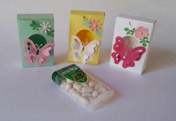 Caixinha Tic Tac -jardim encantado - borboleta <br>Deixe sua festa personalizada com as caixinhas Tic tac - - Jardim encantado. São feitas em papel de gramatura 180, com a técnica de scrapbook artesanal e com camadas de papel empregando um efeito 3D. <br>O preço é referente a caixinha de papel, sem as balinhas. Se deseja, as balinhas, consulte-nos. <br>Verifique outros produtos da linha Jardim encantado na lojinha!!. <br>Fizemos em outros temas. <br>Dimensão <br>altura 6,8 cm. <br>largura…