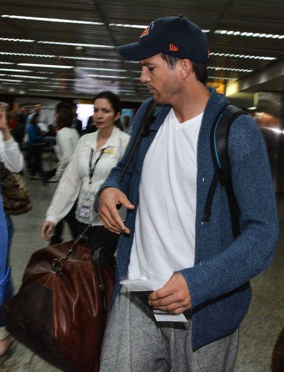 Sem Mila Kunis, Ashton Kutcher desembarca em São Paulo O ator chegou ao Brasil na tarde desta segunda-feira, 7, no aeroporto de Garulhos (Foto: Caio Duran / AgNews)