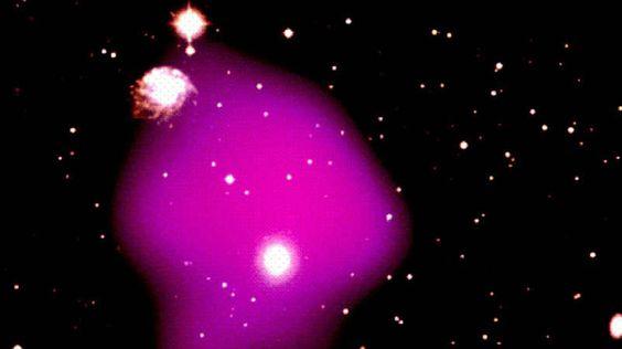 """Kollision der Titanen-Ein internationales Astronomen-Team hat das Rätsel des """"Pandora Galaxienhaufens"""", des komplexesten bekannten Systems kollidierender Galaxienhaufen (Bild), gelöst. Die einzelnen Sterne waren 350 Millionen Jahre lang auf Kollisionskurs. Der galaktische Scherbenhaufen war aus einem Mega-Crash von vier Sternensystemen entstanden. Die Forscher fanden heraus: Dunkle Materie ist für die unverhältnismäßige Größe und Schwere des Trümmerfelds verantwortlich."""