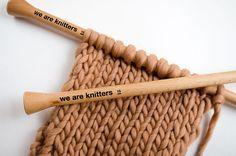 Heute zeigen wir euch wie man das Einrollen von Kanten bei Schals verhindern kann. Es ist ganz leicht. Wir zeigen euch wie es geht.