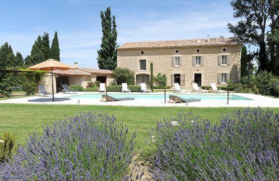 Bastide dans le Sud de la France bordée de lavande