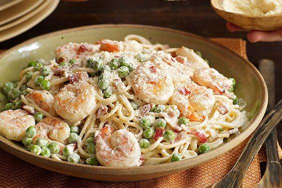 Camarones a la carbonara Receta - Esta noche tu cocina es el mejor sitio italiano. En 25 minutos harás un platillo clásico que combina los sabores de tocino, camarones y chícharos en una cremosa salsa. Buon appetito!