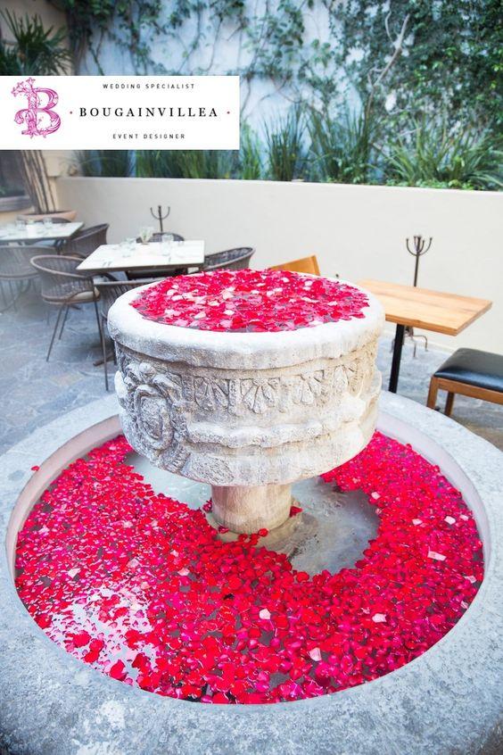 Linda fuente llena de pétalos de rosas rojas. www.bougainvilleabodas.com.mx Bodas San Miguel