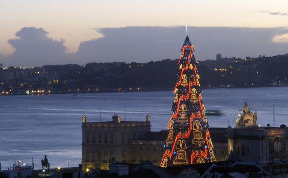 Árvore de Natal em Lisboa, junto ao rio.