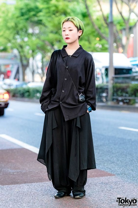 Japanese fashion/Beauty college student in Harajuku wearing a minimalist ensemble while out and about on the street.