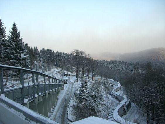Ein Weihnachtswochenende mit der Firma als Weihnachtsfeier im Sauerland. Eishockey, Bob fahren mit einem Profipiloten, Fackelwanderung, Aprés-Ski-Party. TAKE A LOOK Eventagentur Köln organisiert Ihren Betriebsausflug zur Adventszeit.
