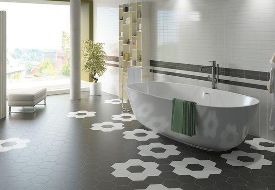 Photo d'ambiance d'un sol de salles de bains avec des carreaux hexagonaux 17,5x20 blanc mat et noir mat de l'usine Equipe Ceramica.