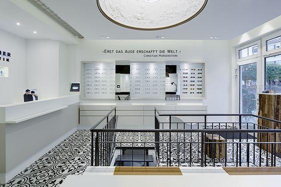 Puristisch, hell und einladend - sehr schönes Beispiel für einen Optiker. Lambacher Augenoptik, Pforzheim – Germany