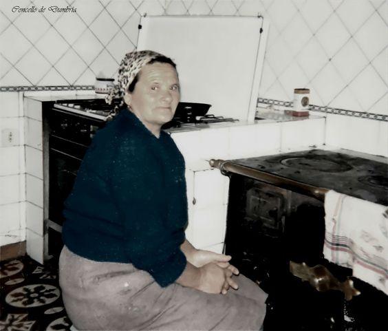 Hermelinda da Corte diante da cociña de ferro. Cedida por Ezaro.com