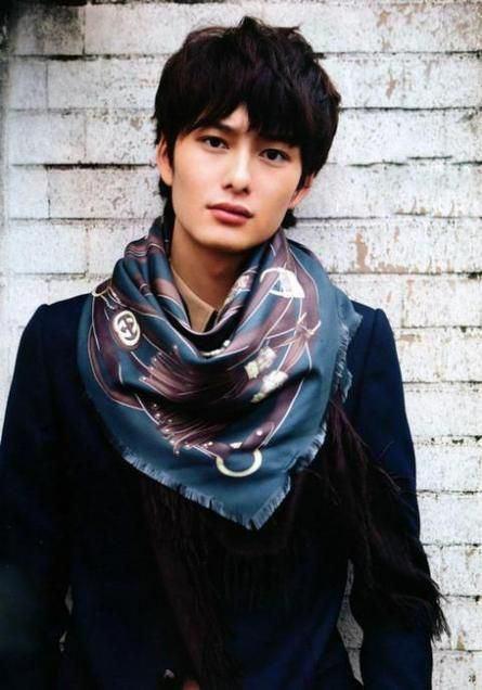 スカーフがおしゃれな岡田将生のファッション