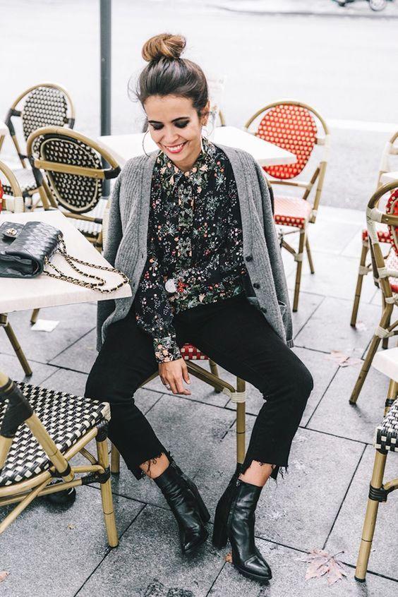 O floral é daquelas estampas que a gente sempre associa com estações mais quentes, né? Esse look de calça preta, ankle boot, camisa de de botão floral e cardigan cinza é prova que dá pra usar essa estampa no frio sim.: