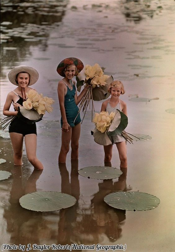 @HistoryInPix : Girls standing in water holding bunches of American Lotus Amana Iowa 1938. https://t.co/ILBrMac674 || #Erinnerungen #Memories #Geschichte #History #Vintage