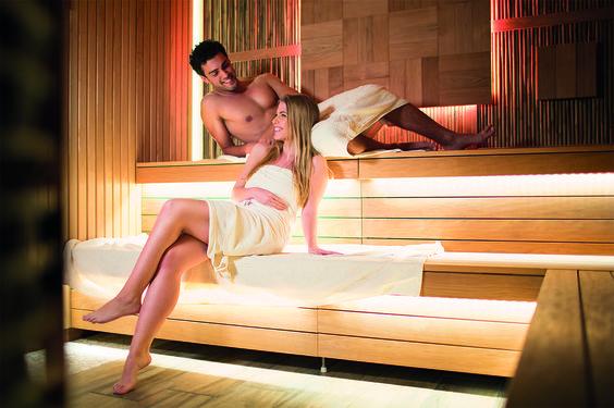 1200 m² grosse Wellness-Oase mit Saunalandschaft, Dampfbädern, speziellen Aufgusszeremonien, ein Hamam mit fernöstlichen Körperritualen, inspirierenden Licht- und Duftkonzepten und überlieferten asiatischen Traditionen