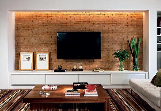 A mangueira com lâmpadas xenon, embutida em um rasgo no teto, proporciona luz difusa que não interfere na imagem da TV, além de valorizar a textura dos tijolos  Arquivo / Casa e Jardim