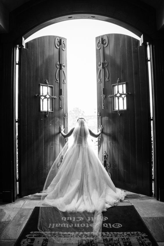 Book Lucia Cintra Photography by January 31st for $100 off any wedding collection. Book at the bridal show and receive a complimentary 8x8 photo guest book (a value of $450)!  Visit Lucia Cintra at @brideshowpgh - January 16th and 17th - www.brideshow.com