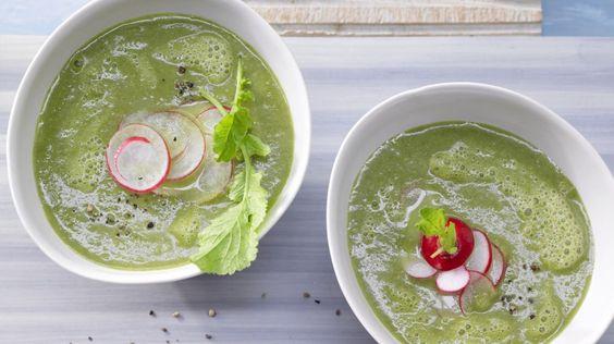 Ungewohnt aber lecker: Hier kommen die Radieschenblätter in die Suppe: Radieschen-Kartoffel-Suppe mit Sojacreme | http://eatsmarter.de/rezepte/radieschen-kartoffel-suppe