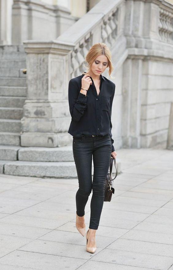 Comprar ropa de este look: https://lookastic.es/moda-mujer/looks/blusa-de-botones-negra-vaqueros-pitillo-negros-zapatos-de-tacon-beige-bolso-bandolera-marron-oscuro/5276 — Blusa de Botones Negra — Vaqueros Pitillo Negros — Bolso Bandolera de Cuero Marrón Oscuro — Zapatos de Tacón de Cuero Beige: