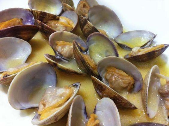 Para 1 kg de almejas, es necesaria una cabeza pequeña de ajos y una copa de Tío Pepe (150 ml), fino de Jerez
