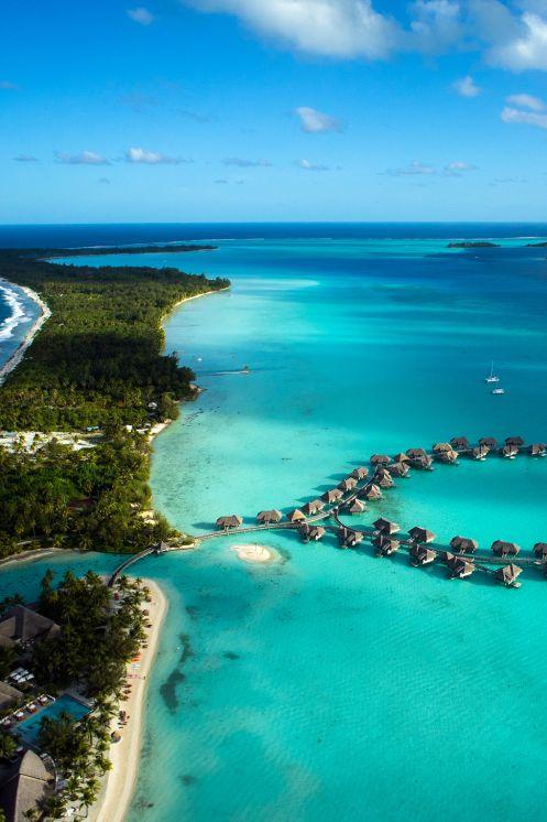 Foto: Bora Bora LA PERLA TURQUESA Bora Bora es un atolón en las Islas de la Sociedad, parte de la Polinesia Francesa, situado al noroeste de Tahití, a unos 260 km al noroeste de Papeete. Tiene una extensión de 29,3 km² y está formado por un volcán extinto rodeado por una laguna separada del mar por un arrecife. El punto más alto es el monte Otemanu a 727 metros. La isla está rodeada de motus, que son pequeños islotes alargados que suelen tener cierta anchura y vegetación. Uno de los motus…