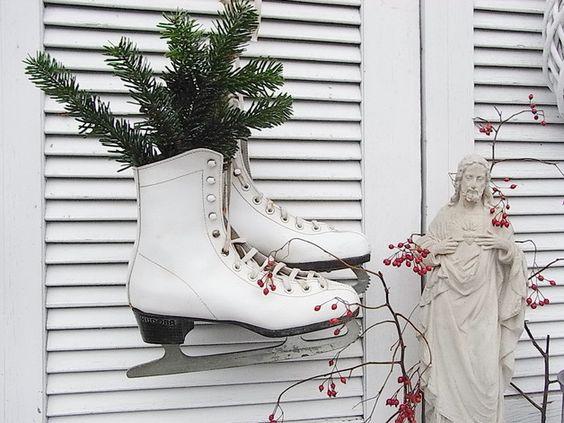 Vintage Weihnachtsdeko - zauberhafte alte Kinder Schlittschuhe shabby chic - ein Designerstück von artdecoundso bei DaWanda