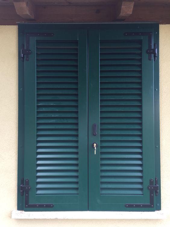 Fornitura e montaggio di persiane verniciate verdi, su telaio già esistente, con chiusura ed apertura solamente dall'esterno.