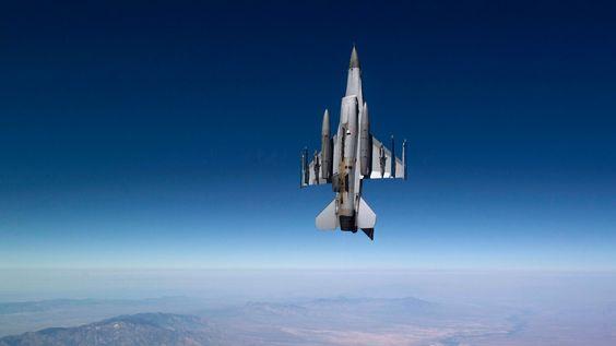 Uma foto fantástica de um F-16 indo em direção aos céus