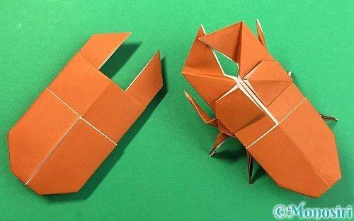 折り方 1 折り紙の白い面を上にして置き 点線で半分にして折りすじをつけます 2 左右の端を折りすじに合わせるように点線で折ります 3 上の端を折りすじに合わせるように 点線で折りすじをつけます 4 画像を参考に 角を開いてつぶすように点線
