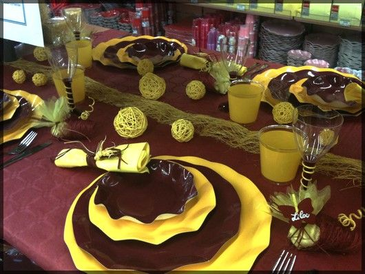 Table de f te marron chocolat et jaune sympa pour un - Idee decoration table de noel ...