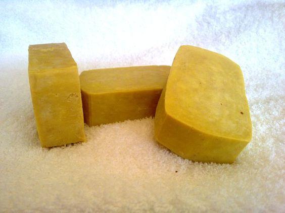 Jabón casero de aceite de oliva:  Ingredientes: 1 litro de Aceite de Oliva  650 cc. de Agua,134 gr. de Sosa Caustica,Hierbas aromáticas (opcional).