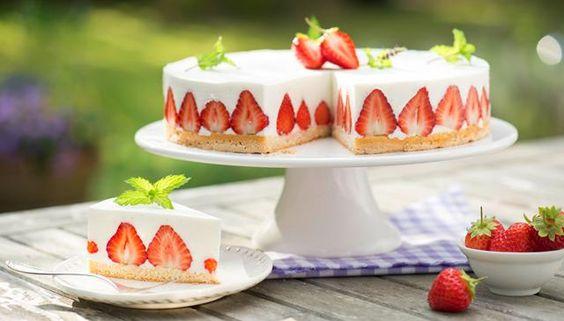 Diese Erdbeer-Quark-Torte backt der Kühlschrank. Rezept für eine sahnig-leichte Quarktorte - wunderhübsch mit Erdbeeren.