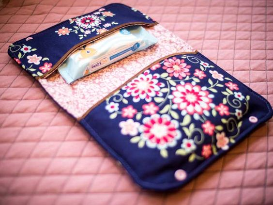 Vanessa du blog de couture Sauber eingefädelt vient de réaliser un tutoriel et vous montre ainsi comment coudre une pochette à couches !