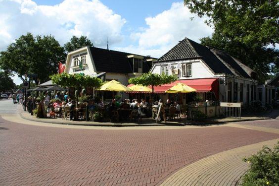 Zicht vanaf de eendenvijver op  Cafe de Lange en het Nieuwscafe.