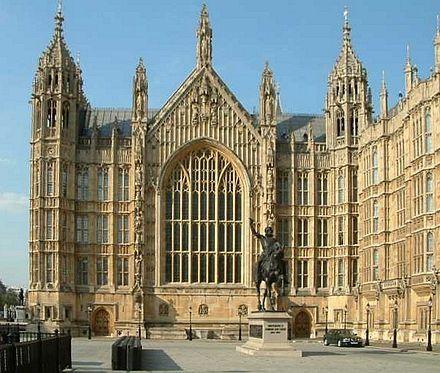 Es uno de los edificios más famosos de toda Inglaterra. Levantado inicialmente como residencia del monarca espectacular palacio alberga hoy día las dos Cámaras del Parlamento de Londres, la Cámara de los Lores y la de los Comunes.