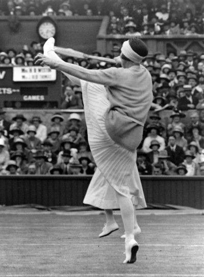 Campeón de tenis francés Suzanne Lenglen alta patadas durante un partido de dobles en el Campeonato de tenis sobre hierba de Wimbledon, c.1924