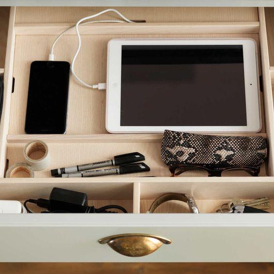 Marbodal låda med laddenhet för läsplatta och mobil