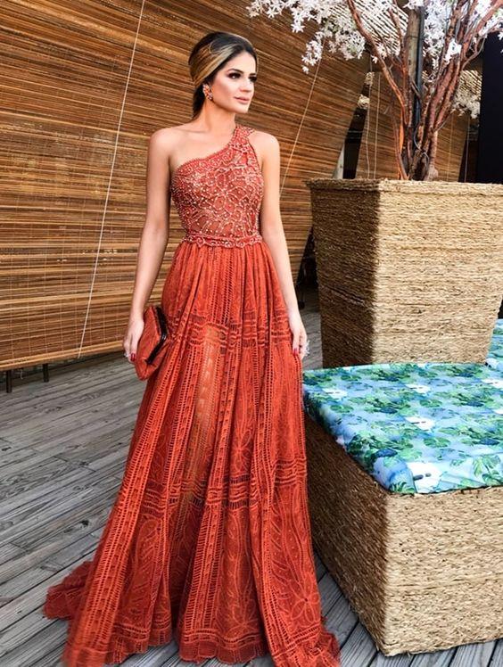 Thassia Naves vestido de festa caramelo de um ombro só! O vestido é by Martha Medeiros e foi usado em um casamento na praia em Trancoso.
