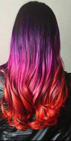 Cabello lacio con ondas; color morado; rosado y rojo