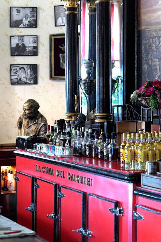 À La Havane, le bar Floridita perpétue la mémoire d'Hemingway.