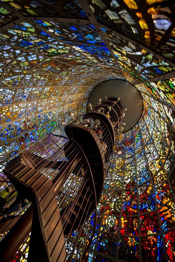 Escalera de vitrales ubicada en el Museo de Hakone, en Kanagawa, Japón: