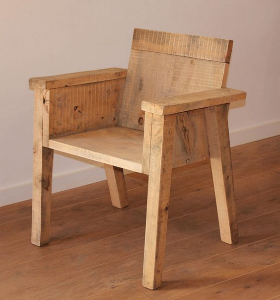 """Chaise rustique en planches de bois """"Jeu de pomme"""" par le designer Robin Blanchard"""