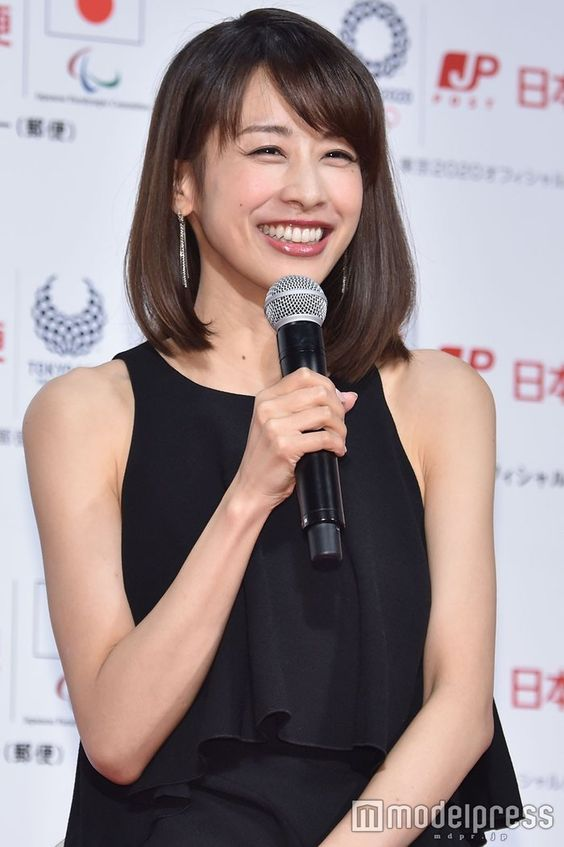 黒ワンピの加藤綾子