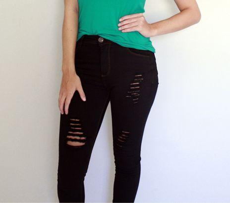 Jeans destroyed é ideal para dar um up em qualquer produção! #jeans #destroyed #temnajustenjoy [Calça jeans preta destroyed R$ 138,60]