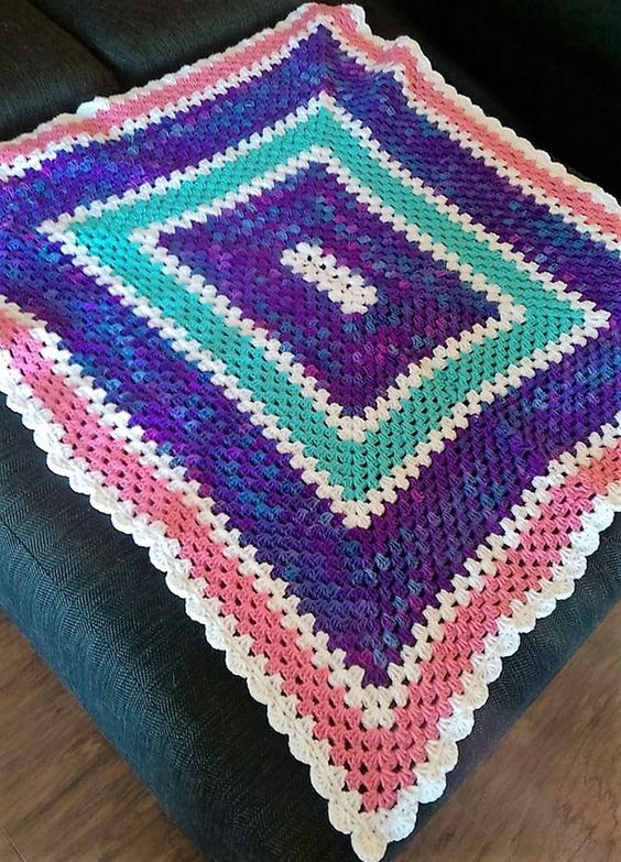 Today I finished my first granny rectangle blanket. This one will be for my toddler daughter's new bed. Now i can't wait to make a baby blanket for my future baby daughter due in March.  Ana María