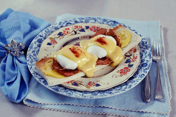 Ovos beneditinos | #ReceitaPanelinha: Este prato transforma o café da manhã do fim de semana em brunch! Os ovos beneditinos, ou eggs bennedict, são perfeitos para aquela manhã cheia de preguiça, quando tudo o que se quer é comer algo delicioso, sem pressa.