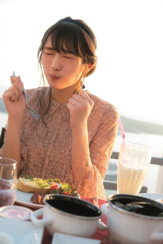 料理を食べる渡辺梨加