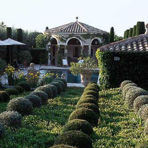 Fervent admirateur de la beauté, passionné d'art et de littérature, Pierre Bergé aime se ressourcer dans ses jardins secrets et poétiques