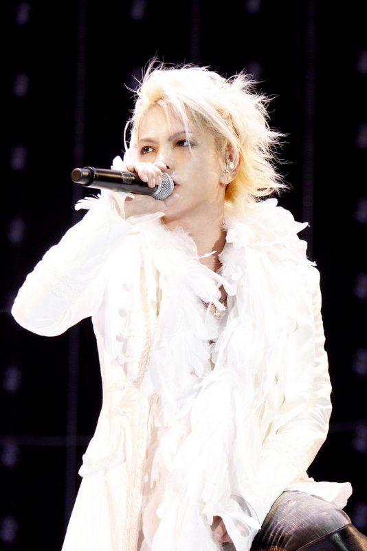 真っ白な衣装に金髪の歌っているL'Arc〜en〜Ciel・hydeの画像