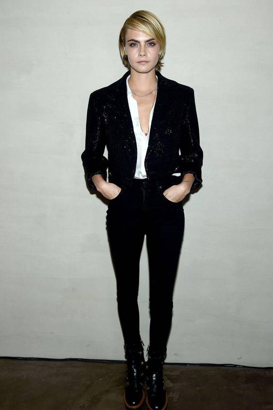 Hot or Not - Cara Delavigne  in jeans skinny neri, blusa bianca e giacchetta nera con glitter