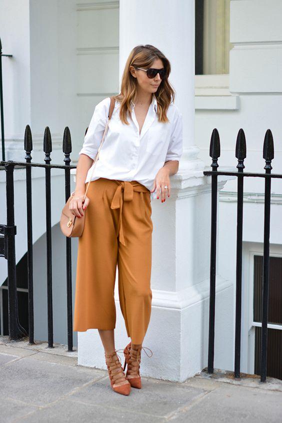 Calça culotte caramelo e camisa branca é uma combinação certeira: