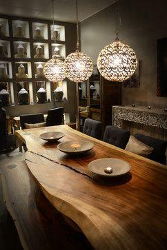 a peça ficou muito escura, mas a mesa e os lustres são magníficos